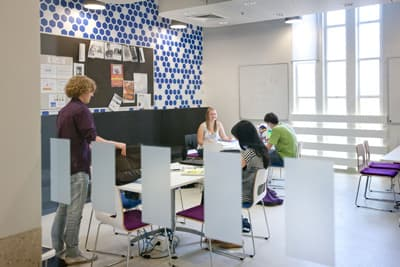 Studenten im Learning Space