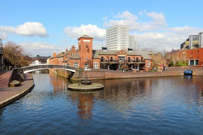 Der Birmingham-Fazeley-Kanal in den West Midlands von England