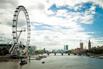 Themse, London Eye und Parlament mit Big Ben in London