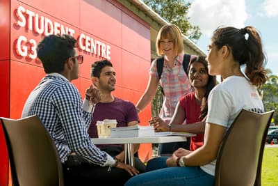 Studentengruppe vor dem Student Centre der Griffith University - Gold Coast (Australien)