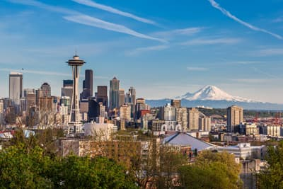 Skyline von Seattle mit Mount Rainier in den USA
