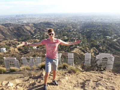Semesterstipendiat Calvin Ohly vor dem Hollywood-Sign