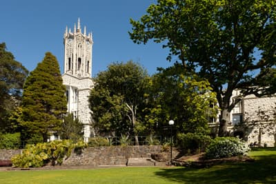 Der Uhrenturm der University of Auckland