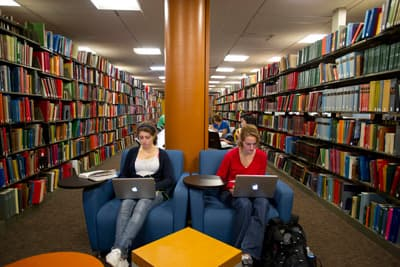 Zwei Studentinnen in der Unibibliothek der Boston University