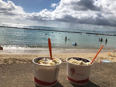 Frozen Banana im Becher vor Strandpanorama in Kalifornien