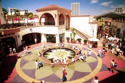 Platz mit Springbrunnen in der Outdoor-Shoppingmall Fashion Island