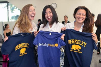 Studentinnen der Berkeley-Haas School of Business mit Uni T-Shirts.